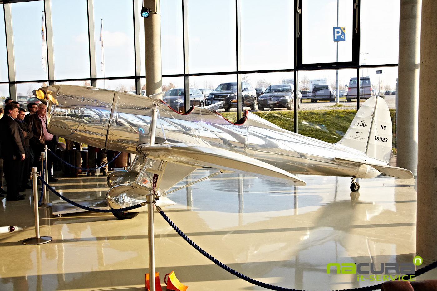 Quax-Hangar silbernes Flugzeug
